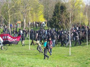 Die zum Teil miltianten Demonstranten flüchten in einen Park